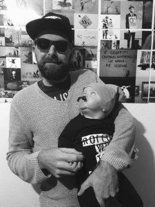 Hipsterdaddy und Toni mit einem Schnuller gefunden bei Saba*s